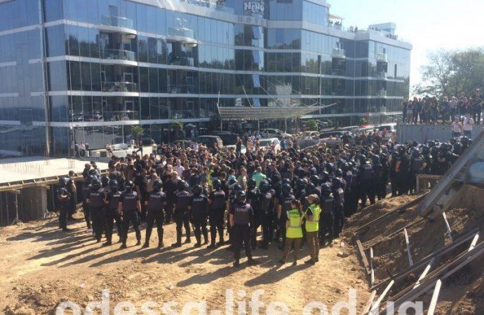 «Мы предупреждали и обещали»: активисты разрушили забор вокруг стройки на Ланжероне (ФОТО)