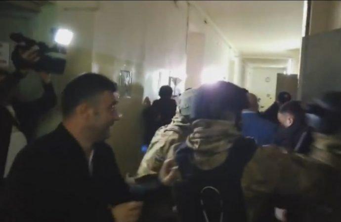 В Еврейской больнице произошла потасовка между группой поддержки подозреваемых в покушении на Михайлика и КОРДом (ВИДЕО)