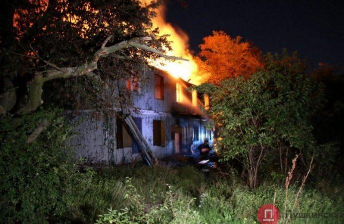 Спасатели ликвидируют пожар на территории санатория «Красные зори»