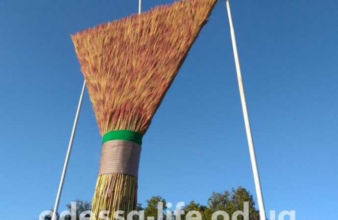 «Самый большой в мире веник» сплели в Одесской области (ФОТО)