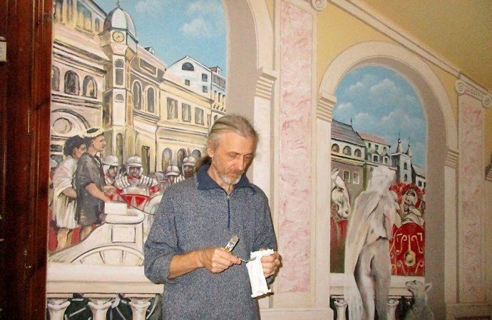 «Римские» фрески, уникальные часы и картины средневековых пыток украсили парадную дома на Гоголя (ФОТО)