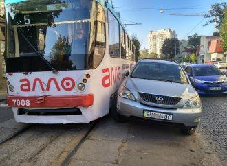 Одесситы убрали с дороги «Lexus», который мешал движению трамваев