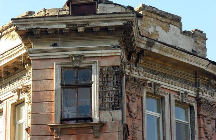 Два обвала фасадов за сутки – старинные дома в Одессе разрушаются на глазах у горожан