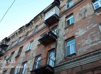 Старинная Одесса разрушается – кусок лепнины отвалился с дома, построенного именитыми одесскими архитекторами