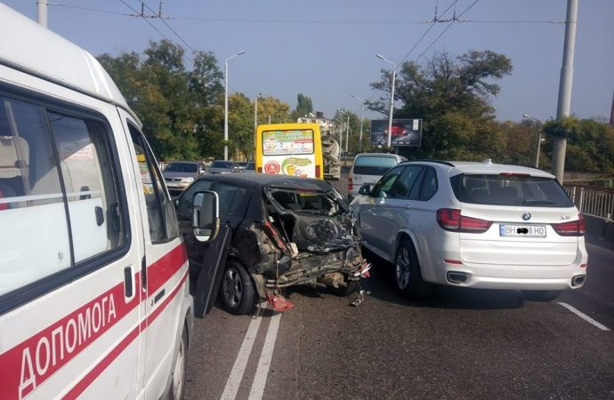 Разбил 5 машин и скрылся: в Одессе разыскивают виновника ДТП на путепроводе