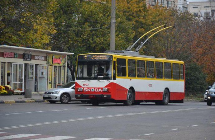 Троллейбусы начали объезжать участок центральной улицы, где меняют опоры контактной сети