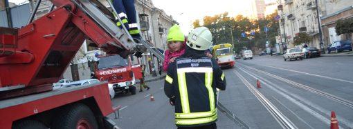 Спасатели на рассвете эвакуировали 10 человек из задымленного дома на Тираспольской (ФОТО)
