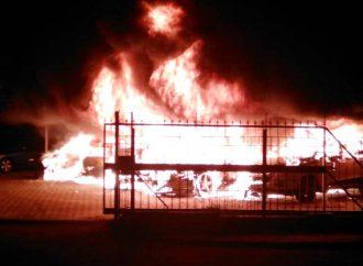 Неизвестные устроили сильный пожар на автостоянке — горели 8 машин