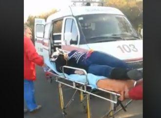 ЧП в Нерубайском: девушка выпала из автобуса на полном ходу (ВИДЕО)