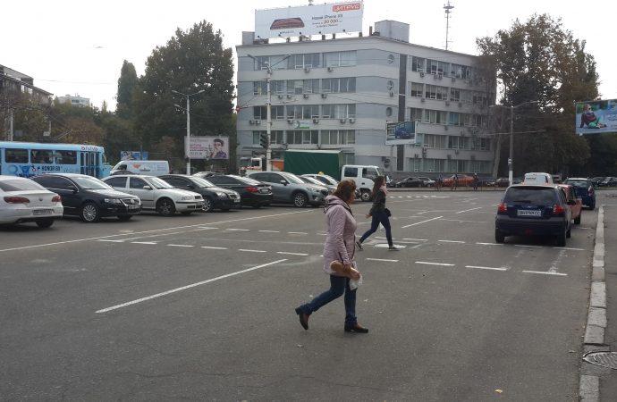 """Запрещенная парковка на """"островках безопасности"""" не пугает одесских автомобилистов"""