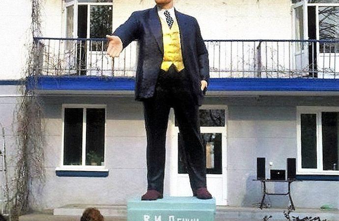 Болгарин вместо Ленина: в Одесской области оригинально декоммунизируют памятник