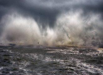 Море разбушевалось и похозяйничало на одесских пляжах