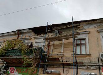 Часть карниза на Садовой рухнула в лицо прохожему (ВИДЕО)