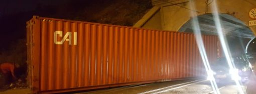 Временно заблокирована работа одного из трамваев – на рельсы упал контейнер