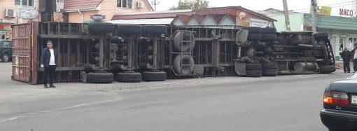 ДТП в Усатово: фура с контейнером опрокинулась в сторону магазинов (ФОТО)