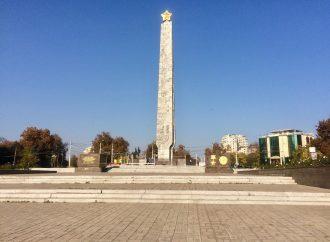 Вокруг памятника на площади 10 апреля устанавливают забор