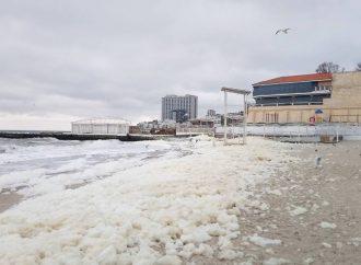 Плотный слой пены закрыл сегодня одесский пляж (ФОТО, ВИДЕО)