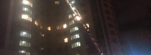 Два с половиной часа боролись пожарные с огнём в 17-этажке на проспекте Шевченко, пострадали двое детей