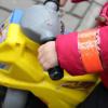Фликеры против сумрака: патрульные дарили детям светоотражающие аксессуары