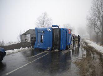 Первые последствия непогоды: на областной дороге перевернулась грузовая фура