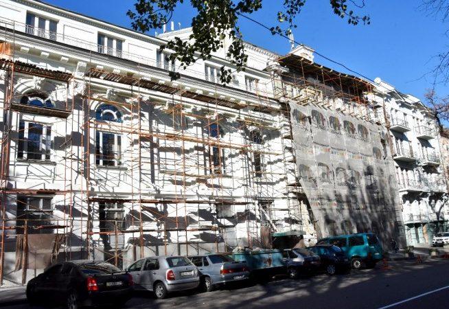 Зрителей Украинского театра обещают обезопасить от осыпания потолка в зале