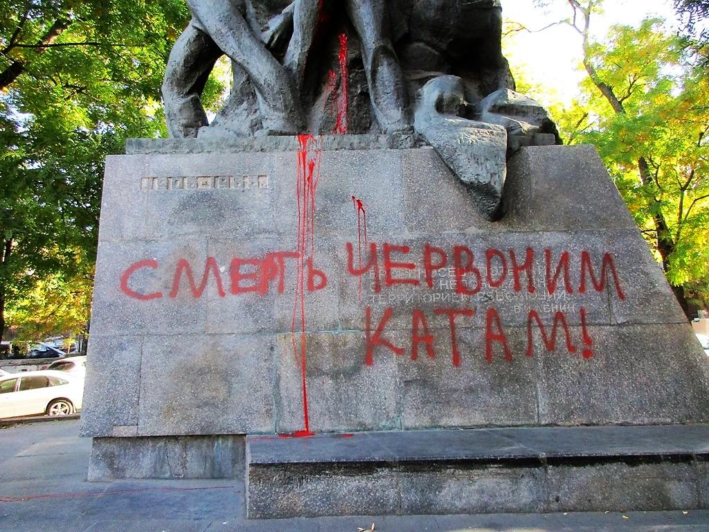 памятник потемкинцам облили краской