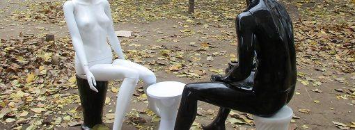 Черно-белую «скульптурную» композицию установили на Черняховского