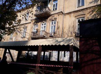 Одессит упал вместе с балконом, пользоваться которым запретили еще в прошлом году