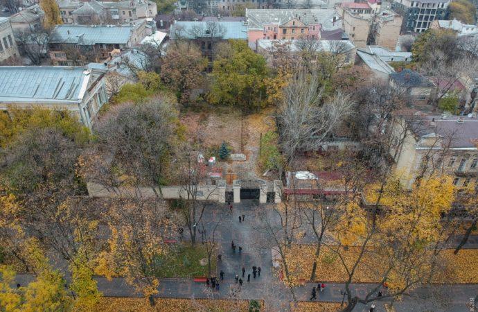 Столичный суд не стал отменять разрешение на строительство торгового центра в Летнем театре