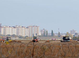 Взлетку Одесского аэропорта построили почти на треть