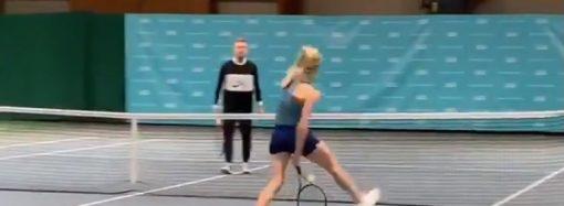 Одесская теннисистка показала болельщикам эффектный удар, стоя спиной к сетке (ВИДЕО)