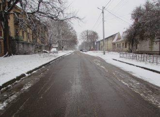 Декабрьский снег на окраине Одессы – парки белые, дороги и тротуары в лужах
