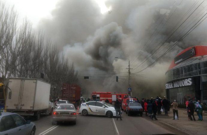 Пожар с сильным задымлением на Николаевской дороге – горит почта (ВИДЕО)