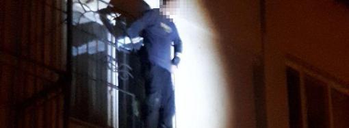Патрульные спасли одессита, который хотел прыгнуть со второго этажа (ВИДЕО)