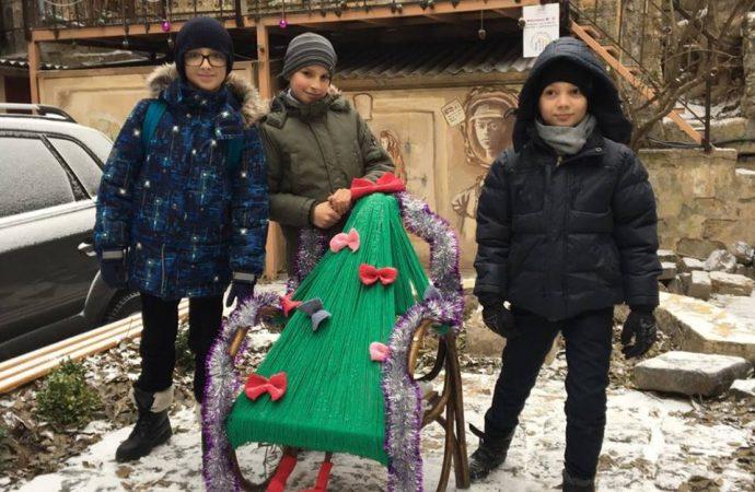 Не хуже настоящей: в одесских дворах объявлен конкурс на самую креативную ёлку