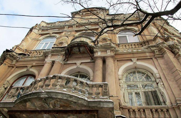 Что происходит со сбитой с одесских фасадов исторической лепниной?