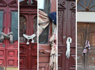 """Одесские общественники """"одели"""" старинные двери в шарфики и шапочки"""