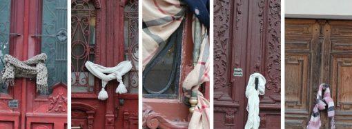 Одесские общественники «одели» старинные двери в шарфики и шапочки