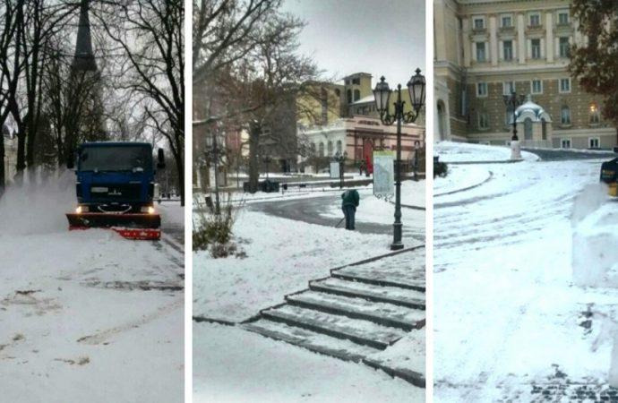 Одесские коммунальщики ведут круглосуточную уборку снега