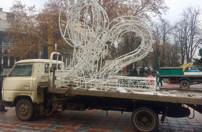 Отгуляли: как Одесса нехотя сбрасывает с себя новогоднее убранство