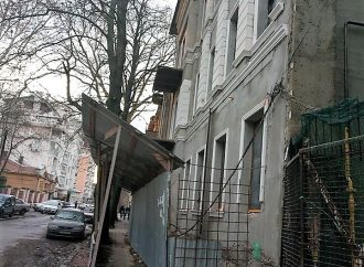 Уже не смешно: с фасада еще одного исторического дома исчезли старинные элементы