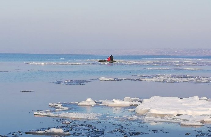 Спасатели сняли четырёх детей с дрейфующей льдины посреди Днестровского лимана