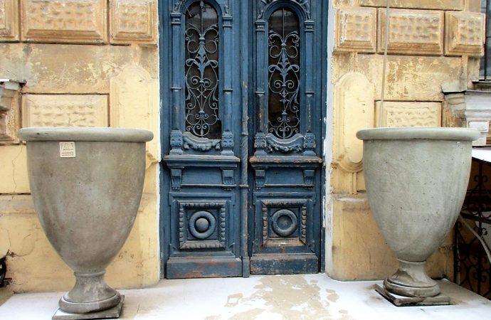 Чем примечательна улица Дворянская: строгие тона, осыпающиеся фасады и мемориальные таблички