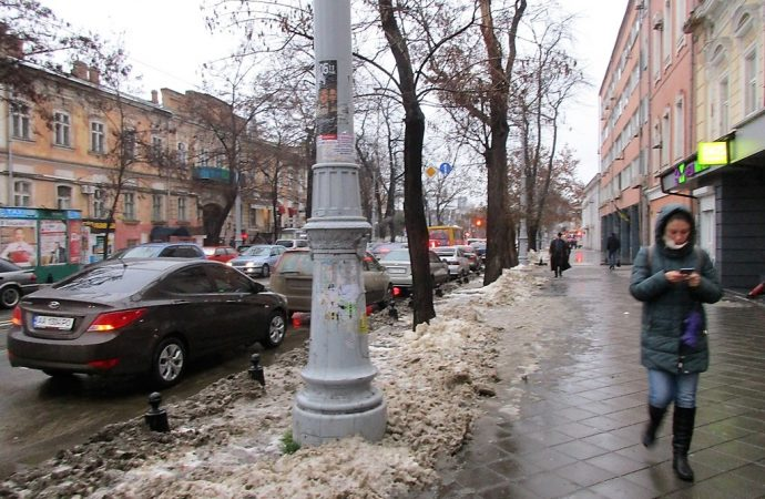 Одесская зима: горожане мокнут, скользят и принимают «грязно-песочный душ»