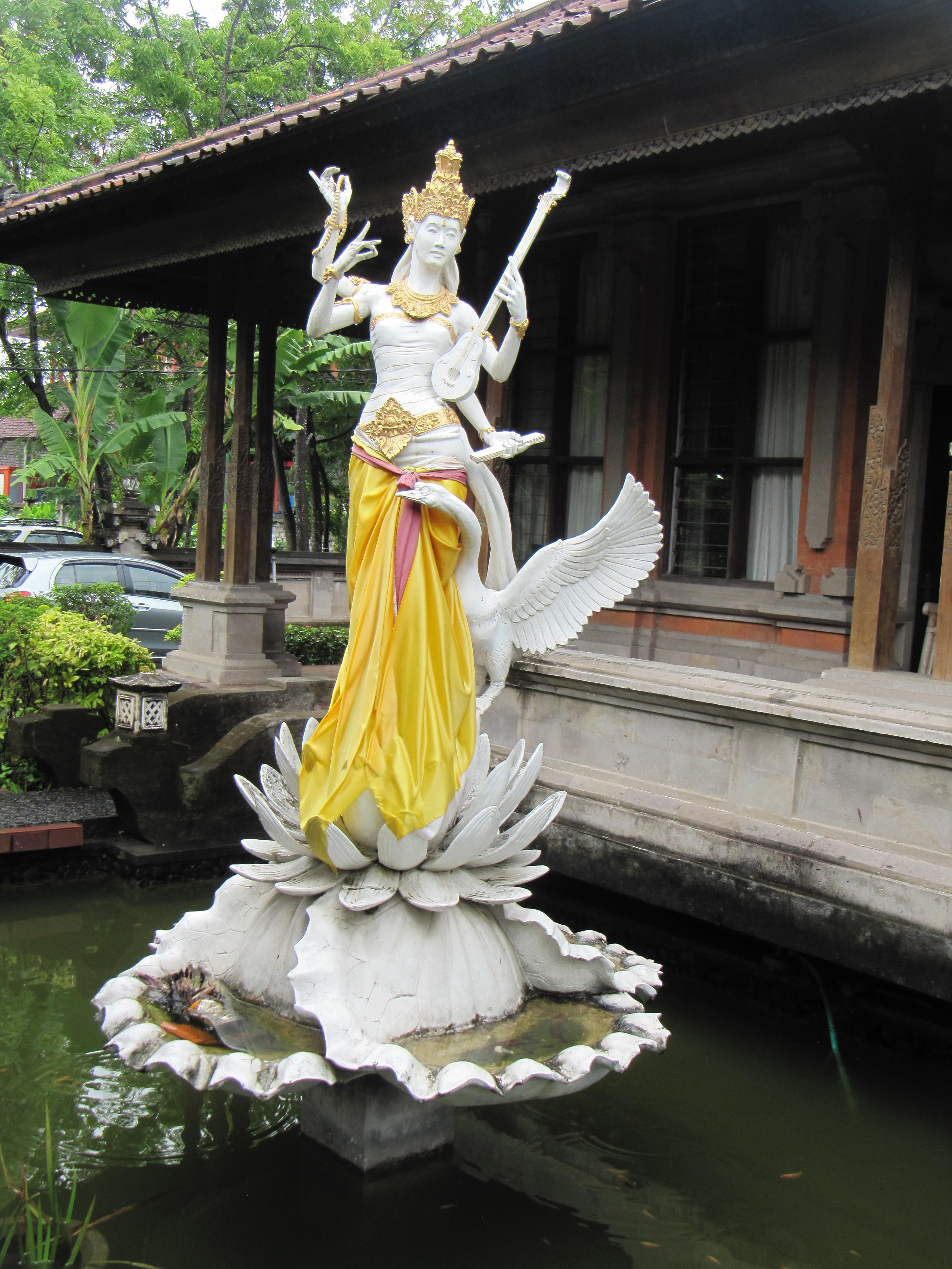 Офис Департамента туризма Бали украшает богиня Сарасвати-покровительница культуры и образования.