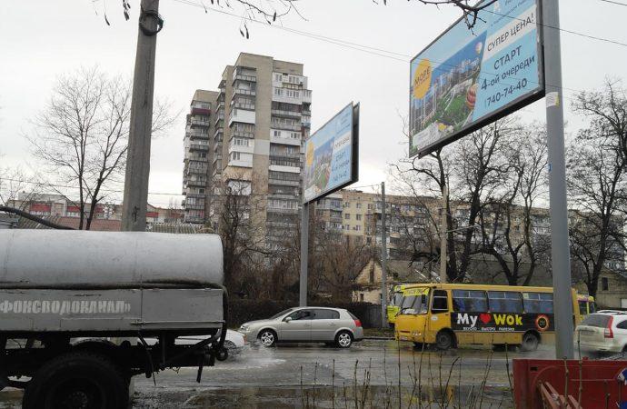 Авария водопровода на Люстдорфской: над предполагаемым местом прорыва оказалась рекламная конструкция