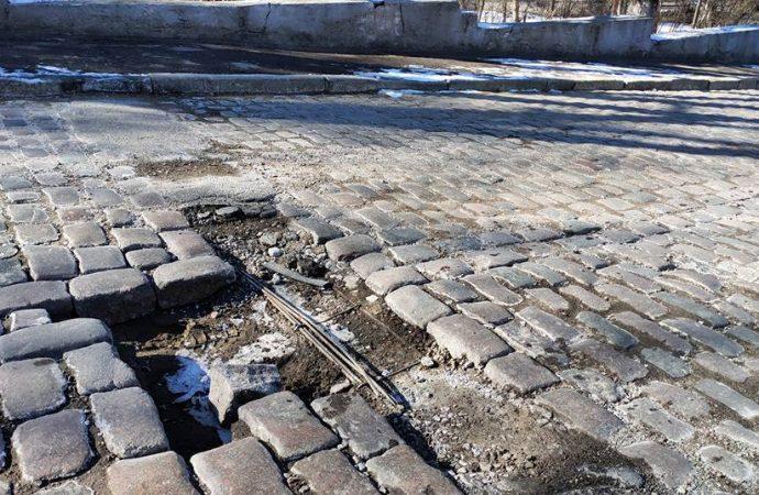Пропала часть брусчатки: посреди одной из улиц в историческом центре увеличивается опасная яма