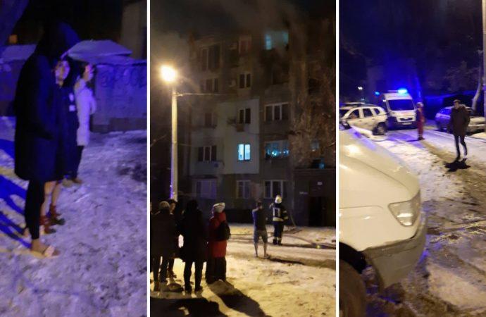 На Люстдорфской горит квартира в многоэтажке, люди выбежали на мороз