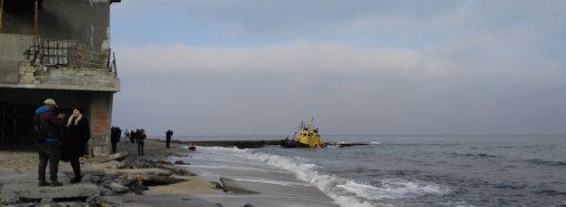 Буксир на одесском пляже: комиссия собралась, но проблему не решила