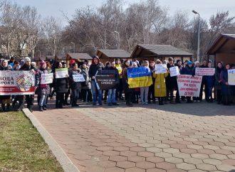 Митинг возле облгосадминистрации: родители непривитых детей отстаивали их права на обучение
